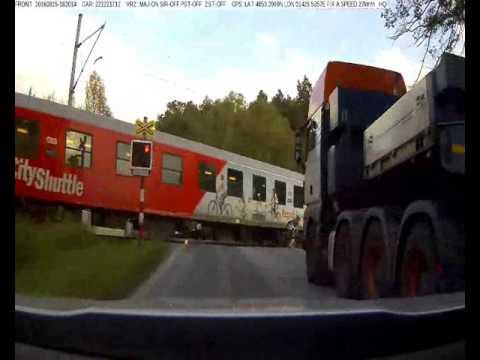 VIDEO: Nepovedený únik policistům. Motocyklistu zastavil vlak na přejezdu